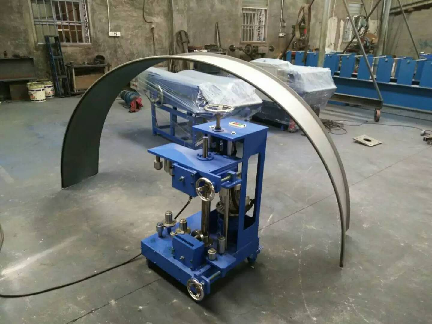 Portable standing seam roof panel forming machine